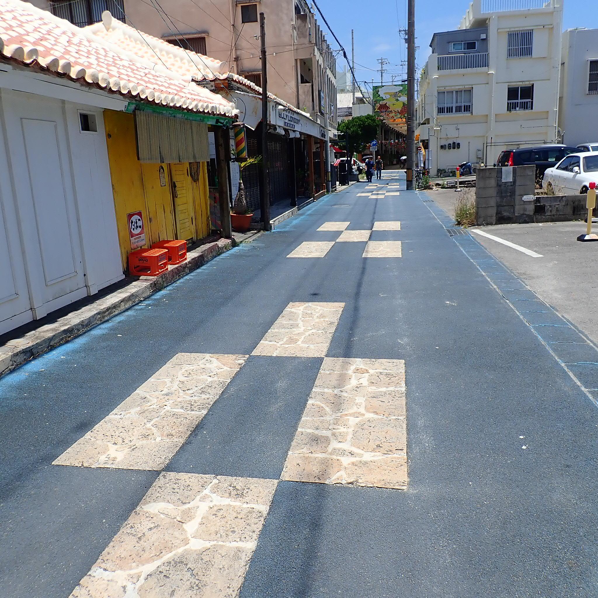 石垣島、ミンサー柄の道路
