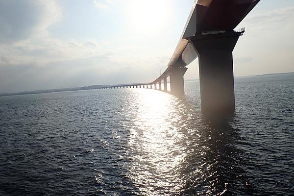 伊良部大橋をくぐる